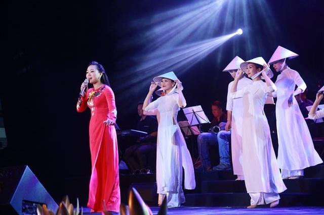 Mở đầu chương trình là ca khúc Cô gái sông Lam do ca sĩ Phương Thanh thể hiện.
