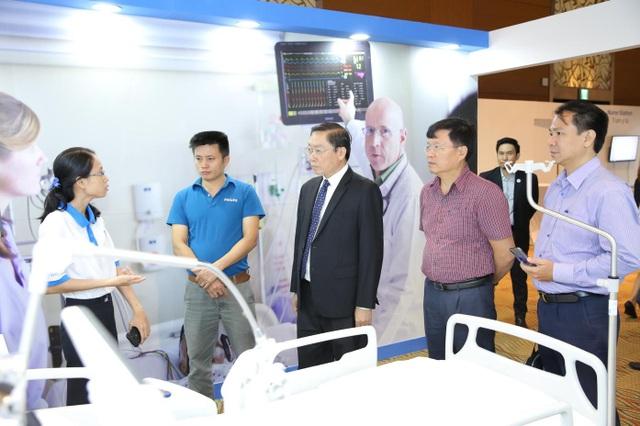 GS.TS Nguyễn Tấn Bỉnh, Giám đốc Sở y tế Tp.HCM tham quan mô hình bệnh viện hiện đại của Philips