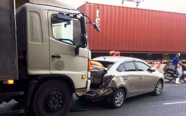 Chiếc xe con bị xe tải phía sau đâm vào đuôi