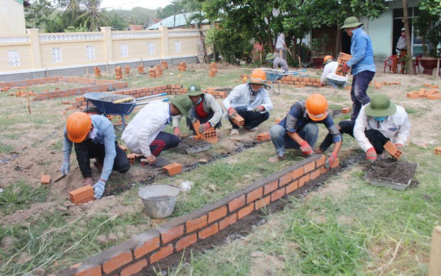 Sinh viên tình nguyện Trường đại học Xây dựng Miền Trung đang xây dựng khuôn viên vui chơi tại Trường tiểu học xã Hòa Hội (huyện Phú Hòa)