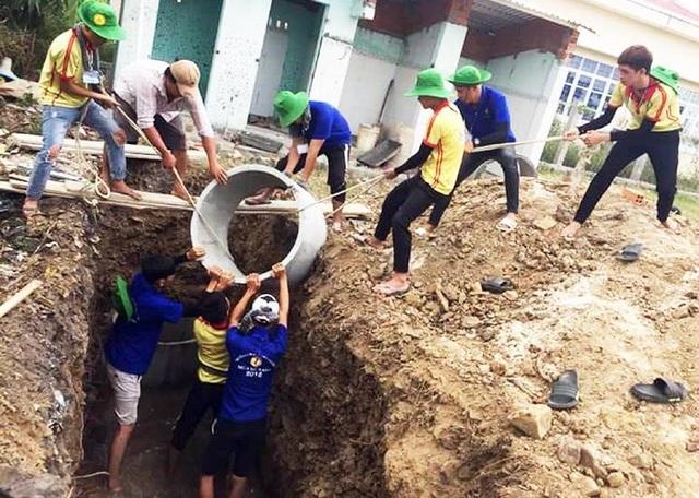 Sinh viên Trường cao đẳng Đại Việt Sài Gòn xây dựng nhà vệ sinh cho Trường mầm non An Ninh Đông, huyện Tuy An ở điểm trường thôn Phú Hội