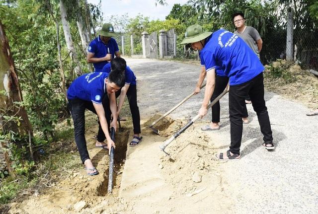 Sinh viên Học viện Ngân hàng - Phân viện Phú Yên thi công đường ống dẫn nước sinh hoạt cho người dân ở xóm Láng (thôn Tân Lương, xã Sơn Hội, huyện Sơn Hòa)
