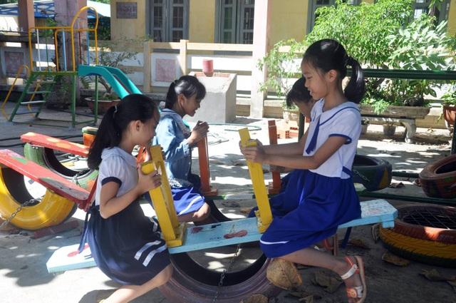 Các em học sinh thích thú với khu vui chơi mới