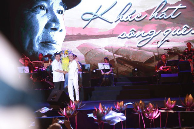 """Nguyễn Trọng Tạo chia sẻ, tròn một năm sau đêm nhạc đầu tiên """"Nguyễn Trọng Tạo - Khúc hát sông quê diễn ra tại Nhà hát Lớn Hà Nội, ngày 10/8, ông trở lại với đêm nhạc cùng tên trên chính quê hương xứ Nghệ của mình như lời tri ân với người thân, bạn bè, khán giả… Liveshow cũng là nhằm dịp sinh nhật lần thứ 71 của ông (25/8) - lần sinh nhật đáng nhớ nhất trong cuộc đời ông khi sự sống lại thêm lần nữa được bắt đầu."""