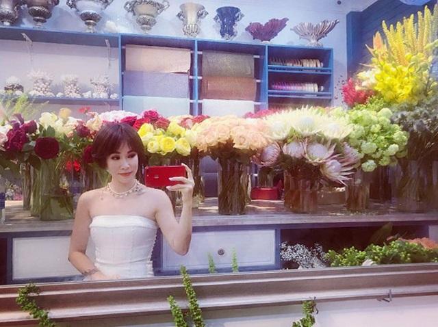 Ca sĩ Uyên Linh tự nhận mình bánh bèo trong bức ảnh mới đăng tải. Đây là hình ảnh hiếm hoi của nữ ca sĩ có tạo hình khác biệt với những gì khán giả đã quen thuộc trong nhiều năm qua là mái tóc tém cá tính.