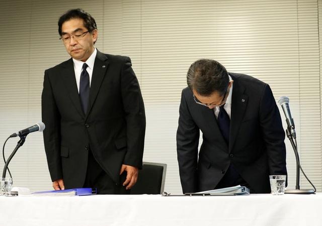 Giám đốc quản lý cấp cao Kiyotaka Shobuda và giám đốc quản lý Takeshi Mukai của Mazda trong buổi họp báo ở Tokyo (Ảnh: Reuters)