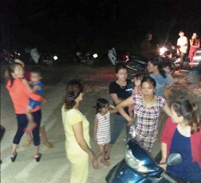 Rất đông người dân bàng hoàng trước thông tin 4 học sinh bị tai nạn đuối nước tử vong (ảnh FB: Lưu Quốc Trí).