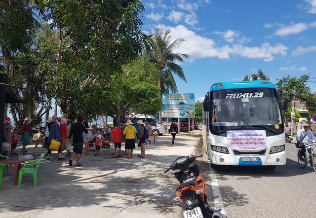 Xe khách đưa nhóm du khách đến bến đò để lên ca nô đi đảo Điệp Sơn