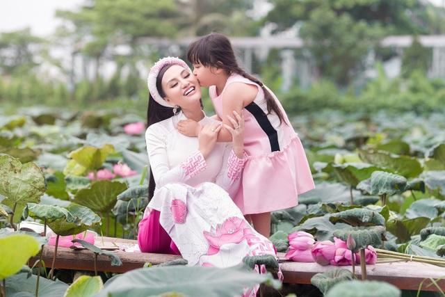 Mẹ con Trần Huyền Nhung duyên dáng trong tà áo dài Việt của NTK Ngọc Hân - 1