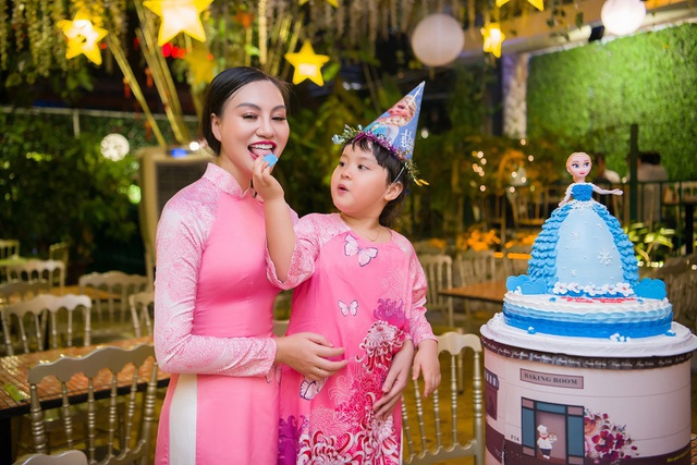 Mẹ con Trần Huyền Nhung duyên dáng trong tà áo dài Việt của NTK Ngọc Hân - 2