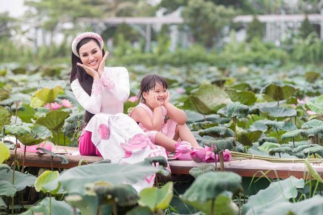 Mẹ con Trần Huyền Nhung duyên dáng trong tà áo dài Việt của NTK Ngọc Hân - 3