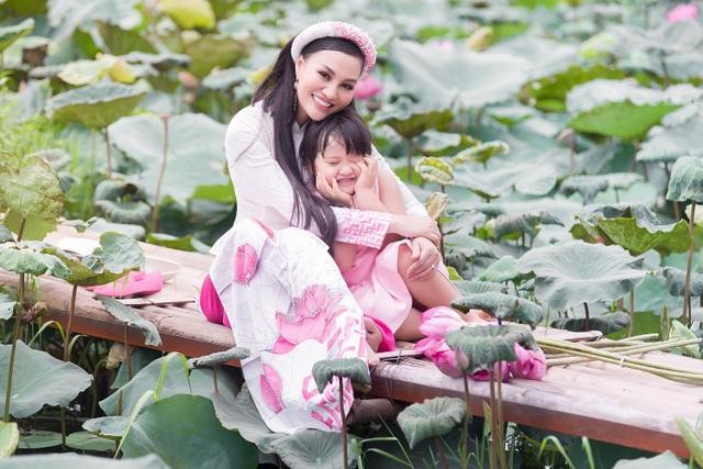 Mẹ con Trần Huyền Nhung duyên dáng trong tà áo dài Việt của NTK Ngọc Hân - 4