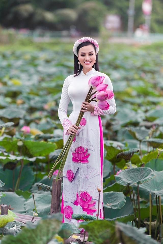 Mẹ con Trần Huyền Nhung duyên dáng trong tà áo dài Việt của NTK Ngọc Hân - 6