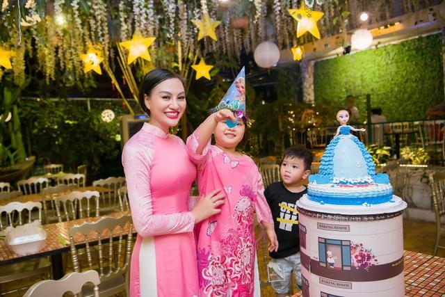 Mẹ con Trần Huyền Nhung duyên dáng trong tà áo dài Việt của NTK Ngọc Hân - 10