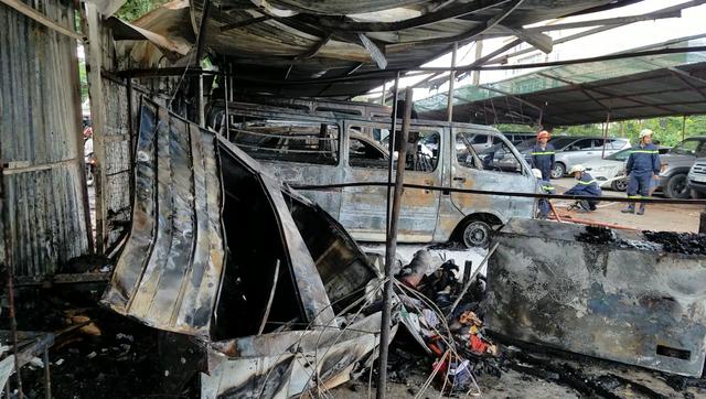 Nhiều ô tô trong bãi giữ xe đã bị lửa thiêu rụi