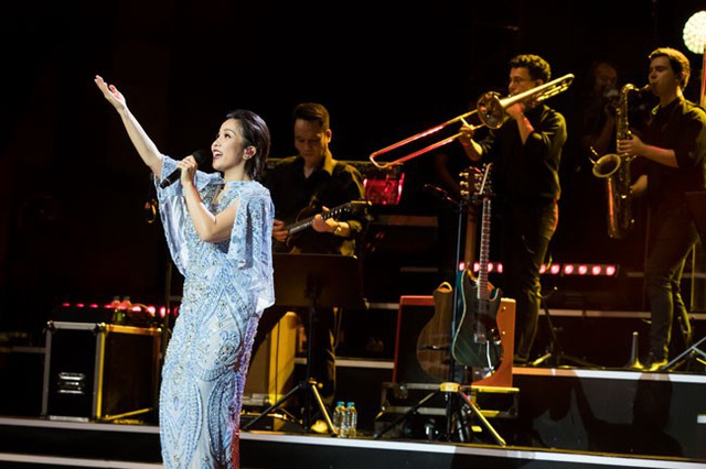 Diva Tóc ngắn thăng hoa cùng những người bạn trong đêm đầu tiên, 11/8 tại Hà Nội. Đêm thứ 2 tiếp tục diễn ra tối nay, 12/8 tại Hà Nội.