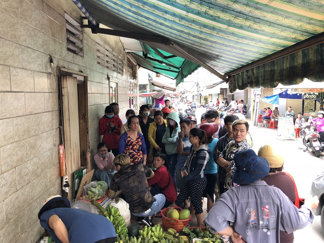 Cảnh tượng người dân xếp hàng chờ mua cua ở Sài Gòn