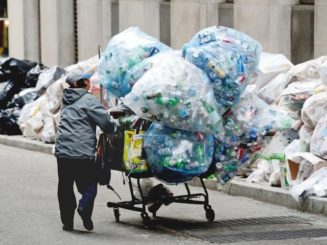 Bà Lisa Fiekowski tiết lộ, bà kiếm được 20 - 30 USD/ngày nhờ thu thập lon, chai nhựa quanh khu phố của mình. (Nguồn: Henny Ray Abrams / AP)