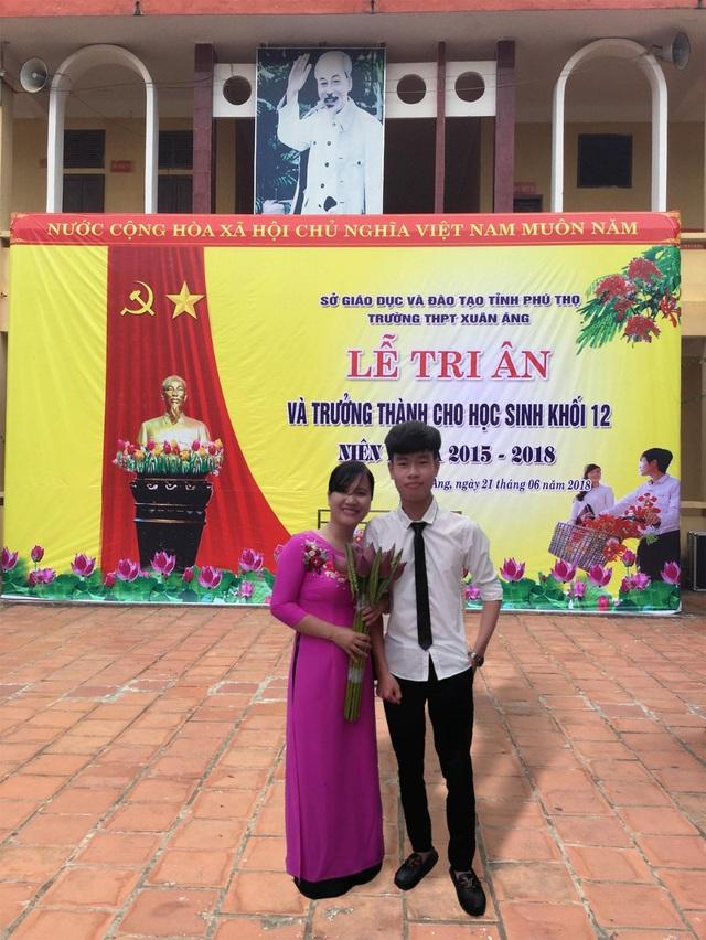 Nguyễn Hồng Sơn và cô giáo của mình