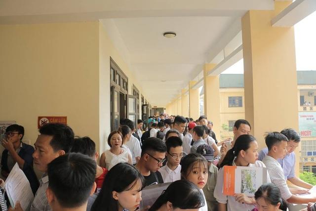 Hàng nghìn phụ huynh và thí sinh đến làm thủ tục nhập học tại trường ĐH Đại Nam trong những ngày vừa qua