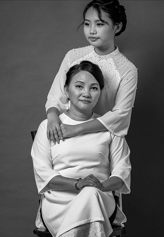 """""""Những shoot hình mới sẽ đánh dấu kỷ niệm nhiều hơn giữa hai má con, thay lời cảm ơn em muốn gửi tới má - Phương Mỹ Chi cho biết."""