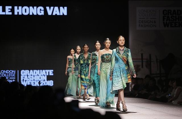 Tối 11/8 tại Hà Nội, buổi trình diễn tốt nghiệp của các sinh viên Học viện thiết kế thời trang London đã diễn ra với những tác phẩm ấn tượng và độc đáo.