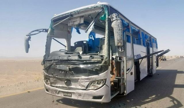 Xe buýt chở kỹ sư Trung Quốc hư hại nặng nề sau vụ đánh bom liều chết của phiến quân Pakistan (Ảnh: Arab News)