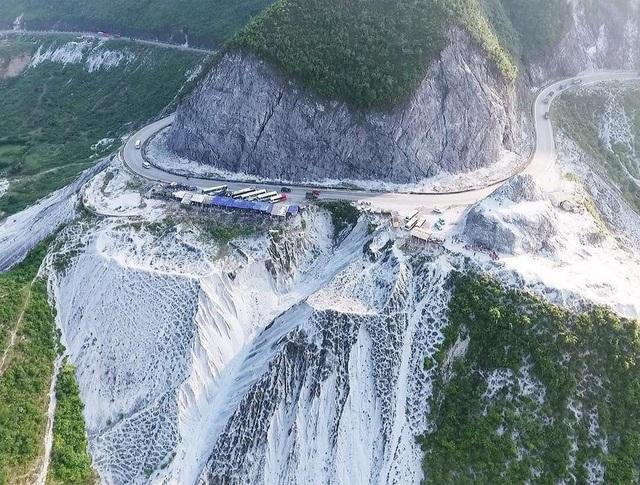 Từ đèo Đá Trắng có lối rẽ lên Mai Châu chưa đầy 30km, nên sau khi tham quan cảnh đẹp ở đây bạn có thể tiếp tục cuộc hành trình khám phá Mai Châu.
