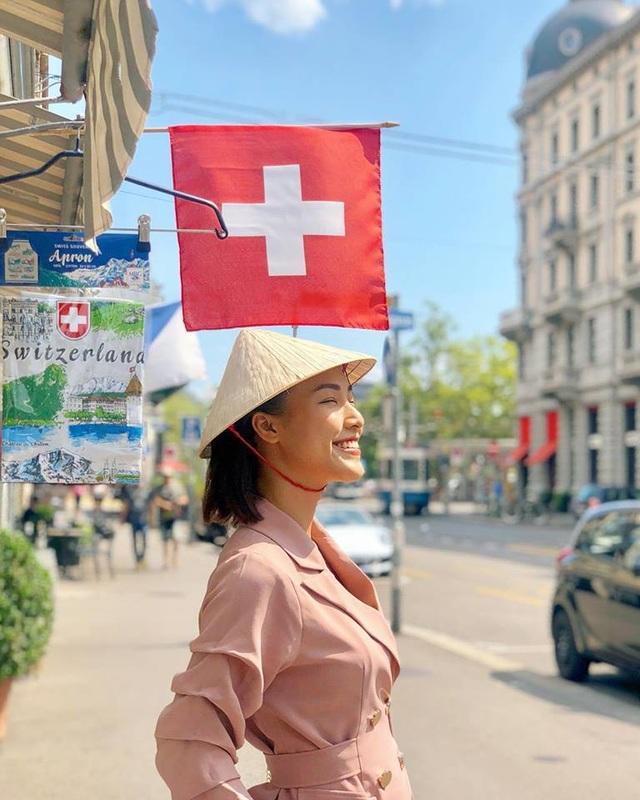 Cô mang nón lá trong chuyến du hí nước ngoài để tạo dấu ấn riêng. Nụ cười luôn thường trực trên môi nàng Á hậu.