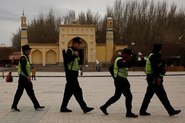 Cảnh sát Trung Quốc tuần tra ở Tân Cương. (Ảnh: Reuters)