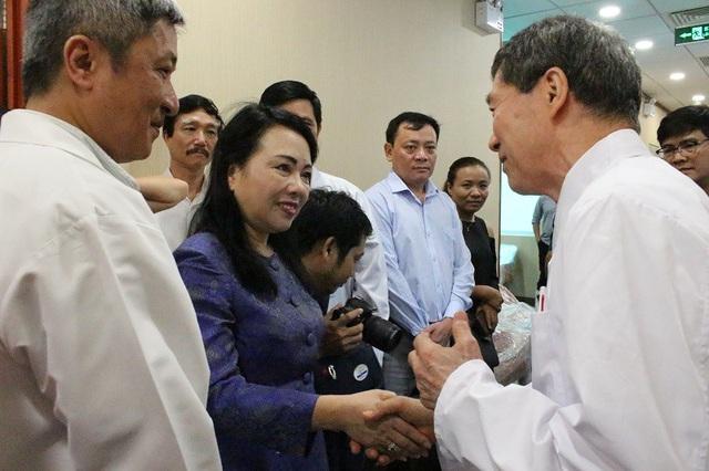 Bộ trưởng tiếp xúc với chuyên gia Nhật Bản tại phòng khám Heci của Chợ Rẫy