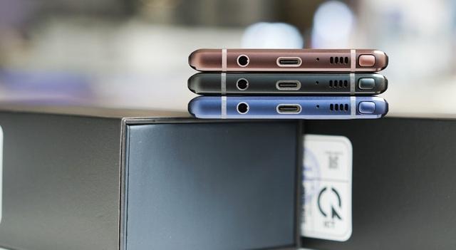 Cải tiến khác nằm ở sau mặt lưng là viên pin 4.000 mAh mà Samsung nói rằng có thể sử dụng đủ trong một ngày với nhiều tác vụ khác nhau bởi hãng trang bị trí tuệ nhân tạo (AI) có khả năng điều chỉnh các thuật toán để cải thiện hiệu suất và tăng tính ổn định cho thiết bị.