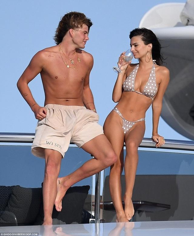 Ngày 12/8, siêu mẫu Emily Ratajkowski và người đồng nghiệp Jordan Barrett đã có buổi chụp hình ngoài trời trên một du thuyền hạng sang tại Sardinia.