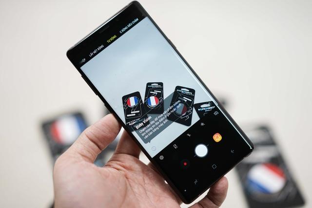 Ở mặt sau là hệ thống camera kép độ phân giải 12 MP, khẩu độ kép F1.5/F2.4, tích hợp chống rung quang học với công nghệ khử nhiễu tương tự thế hệ Galaxy S9+ và trí tuệ nhân tạo.