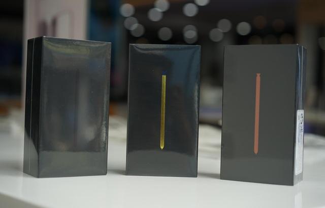 Hộp phiên bản Galaxy Note 9 thương mại tại Việt Nam có sự thay đổi so với thế hệ trước đó là chiếc bút S Pen được in ở mặt trước thay vì tên sản phẩm. Màu sắc chiếc bút tương ứng với màu sắc sản phẩm, riêng bút màu vàng sẽ đi kèm với sản phẩm màu xanh đại dương.