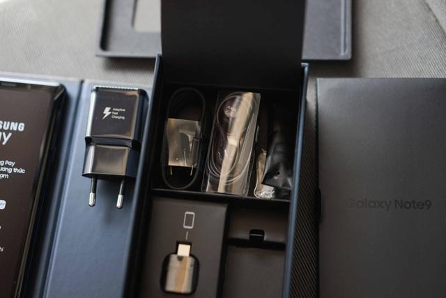 Bên dưới sẽ là vị trí của cóc sạc nhanh, cáp USB Type-C, tai nghe, bộ đôi cổng USB Connector, đầu bút thay thế, sách hướng dẫn và ốp trong.