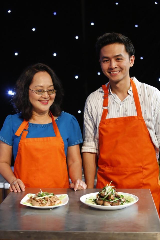 Nam diễn viên Văn Anh (phải) vào bếp làm món sườn.