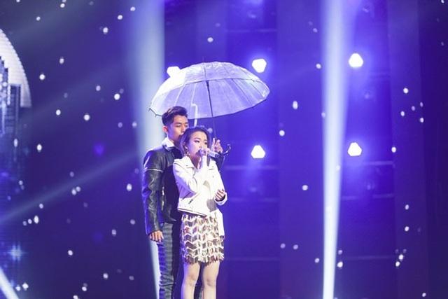 Gia Nghi biểu diễn Cùng anh cùng vũ công nam trên sân khấu.
