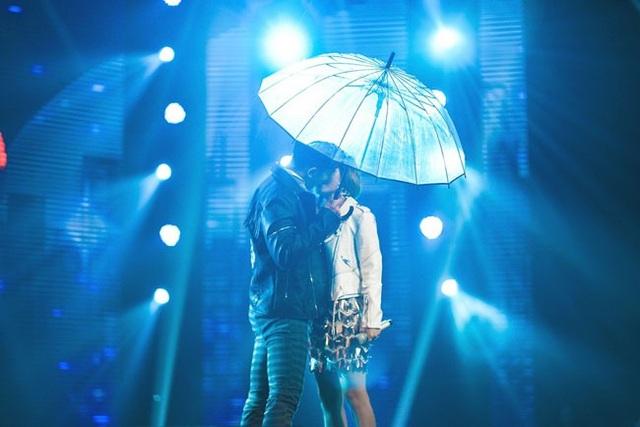 Học trò Noo Phước Thịnh mạnh bạo khi có màn khóa môi trên sân khấu...