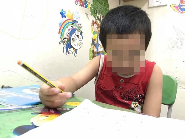 Nhiều đứa trẻ bị đày đọa về tinh thần lẫn thể chất vì ép học chữ trước