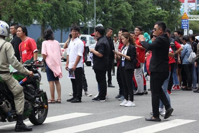 Một bất ngờ là nhiều cổ động viên Việt Nam cũng mặc áo của đội bóng Liverpool và Manchester United – những đội bóng gắn liền với sự nghiệp và thành công của Michael Owen để chào đón anh.