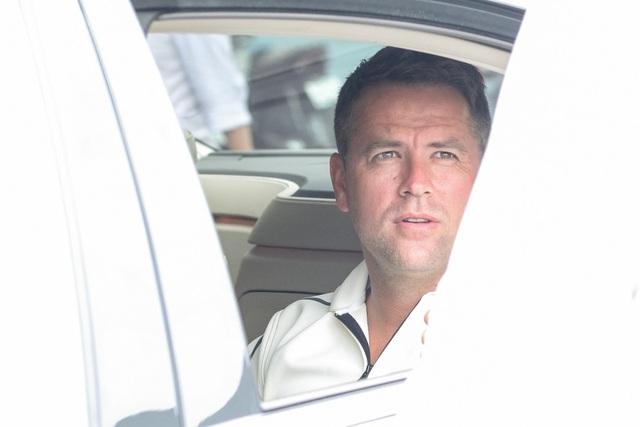 """Do an ninh được thắt chặt, Michael Owen không có quá nhiều thời gian để gặp gỡ và giao lưu với người hâm mộ tại sân bay. Tuy vậy, nam danh thủ vẫn tranh thủ vẫy tay chào và nán lại đôi chút để """"say Hi"""" với các khán giả trước khi lên xe về khách sạn"""