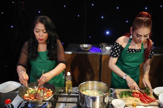 Khánh Chi nấu món canh chua trong khi mẹ chồng làm món bò xào.