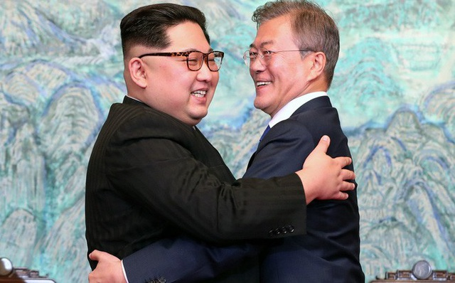 Tổng thống Hàn Quốc Moon Jae-in và nhà lãnh đạo Triều Tiên Kim Jong-un (Ảnh: Reuters)
