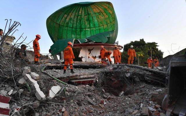 Indonesia đang phải gánh chịu tới 3 trận động đất liên tiếp, khiến nhiều công trình bị phá nát và hàng chục nghìn người mất chỗ ở.