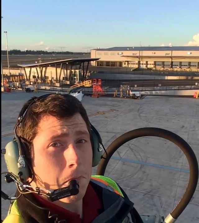 Nhân viên sân bay Richard Russell (Ảnh: Reuters)