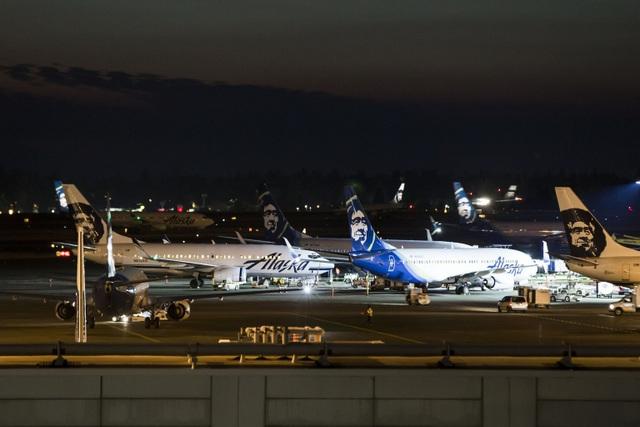 Các máy bay xếp hàng chờ tại sân bay Sea-Tac do sân bay tạm dừng các chuyến bay sau vụ cướp máy bay vào tối 10/8 (Ảnh: Seattle Times)