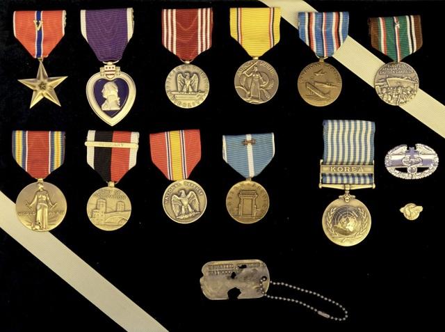 Thẻ tên và huân chương của binh sĩ Charles Hobert McDaniel (Ảnh: Washington Post)