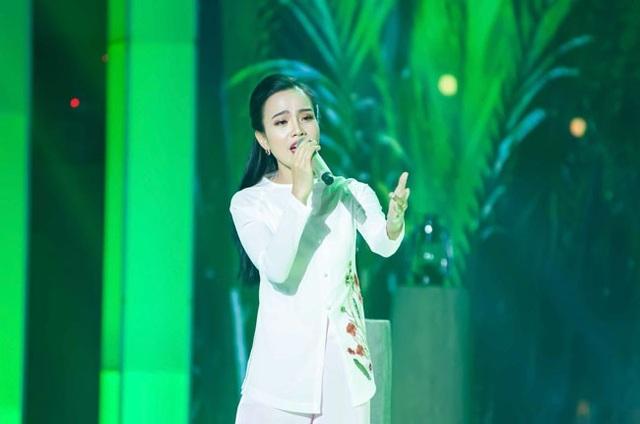 Sèn Hoàng Mỹ Lam thể hiện ca khúc Mình ơi được khen về giọng hát nhưng lại gây tranh cãi về cách trang điểm. (Ảnh: Katsu Team)