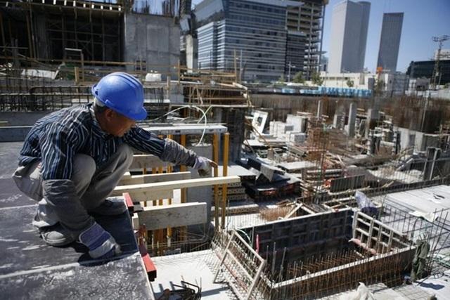 Một công nhân xây dựng Trung Quốc làm việc tại Tel Aviv. (Nguồn: haaretz)